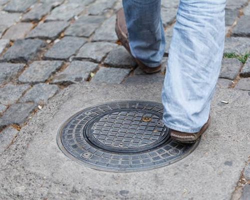 不锈钢隐形井盖厂家-成品排水沟所应用的不锈钢盖板的特点是如何的?